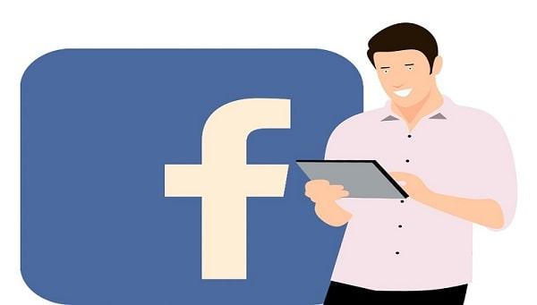 ragazzo che guarda la pubblicità su facebook